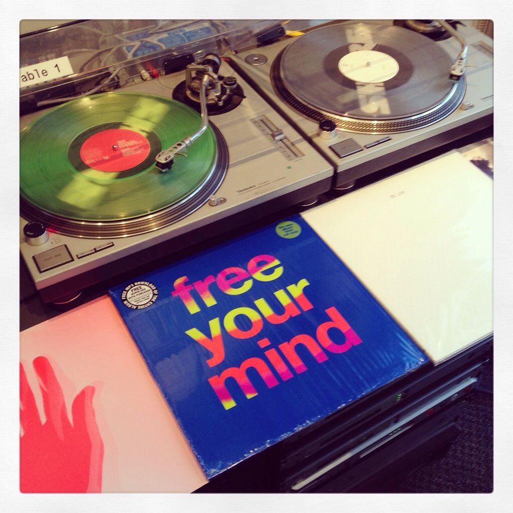 Cut Copy, Free Your Mind (Modular) vs. De Lux, Voyage (Innovative Leisure)
